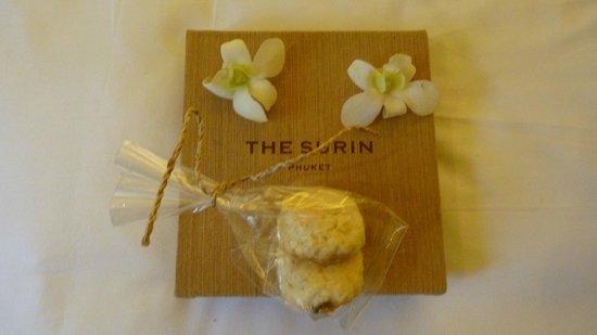 The Surin Phuket: Elke dag bloemen en verse koekjes op de kamer.