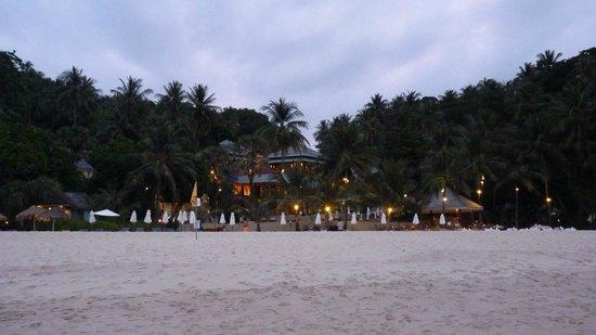 The Surin Phuket: Vanaf zee kijkend op resort