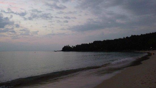 The Surin Phuket: Vanaf strand kijkend naar rechts.
