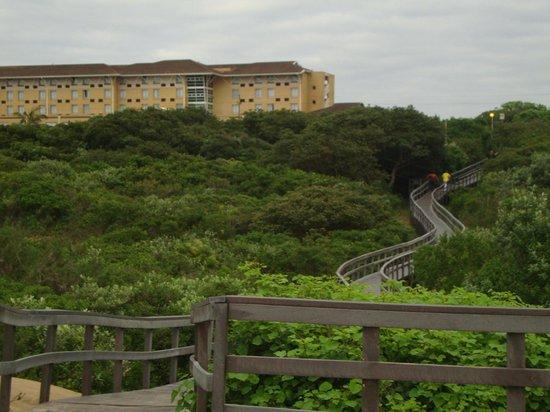 Protea Hotel by Marriott Karridene Beach: Вид на отель с пляжа