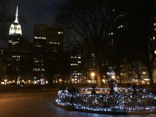 Madison Square Park : parco di sera con alle spalle l'ESB