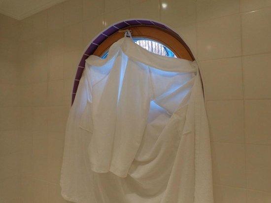 Tennerhof Gourmet & Spa de Charme Hotel: Badefenster, wo Wanderer beim Duschen zuschauen konnten