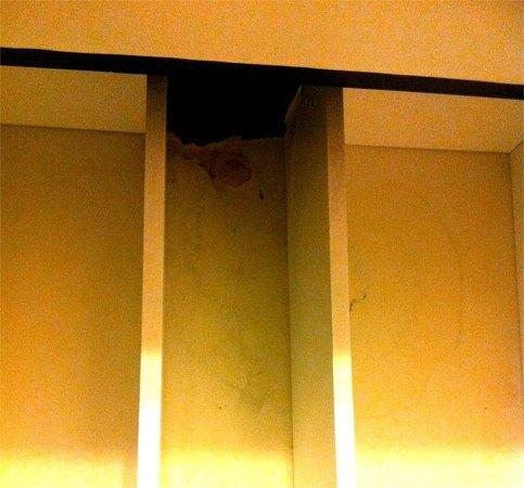hotel california : mobilier de salle de bain moisi