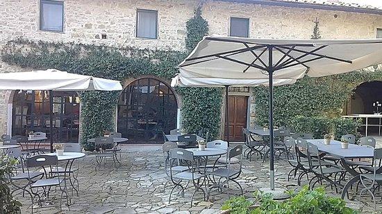Osteria 1126: l'ingresso e i tavoli dell'esterno