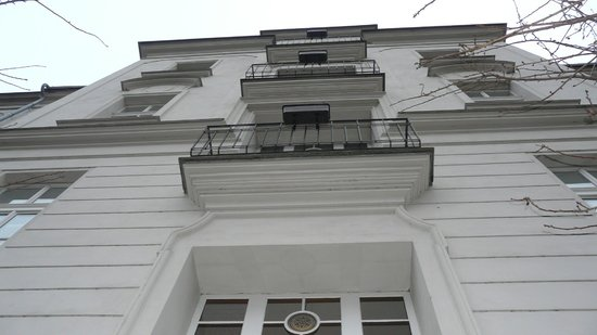 Hotel Klarov Prague: Вид на курительные балкончики с садика...