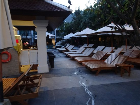Centara Anda Dhevi Resort and Spa : Sun beds, with pool bar to the left