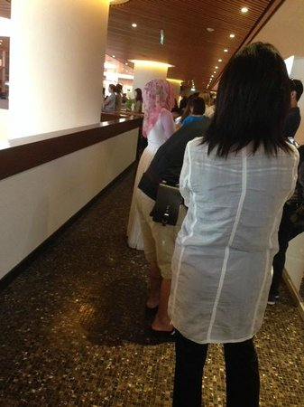 Pan Pacific Singapore: Queuing for breakfast at EDGE restaurant. It took 15-20 minutes