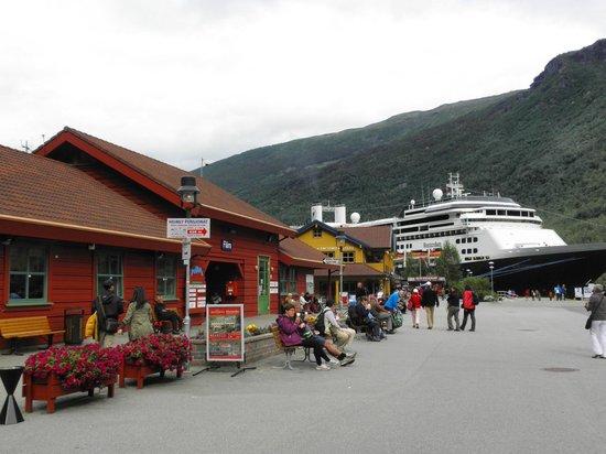 Fretheim Hotel: ormeggio navi da crociera e negozio souvenirs