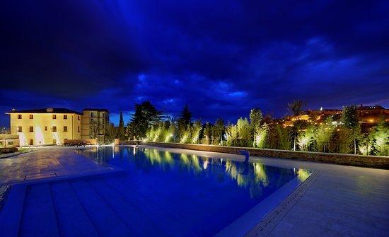 Etruria Resort & Natural Spa: Esterno villa di notte