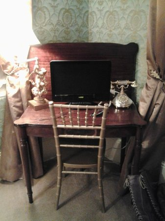 Cornstalk Hotel: TV w/ basic cable, lamp, and antique phone (that works!)