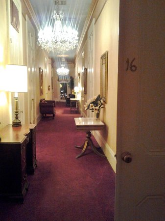 Cornstalk Hotel: The hallway view from our room.