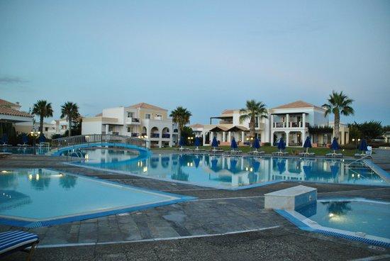 Neptune Hotels - Resort, Convention Centre & Spa: Autour des piscines