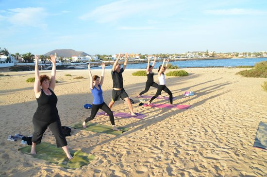Azulfit Yoga and Pilates Retreat: Morning yoga on the beach