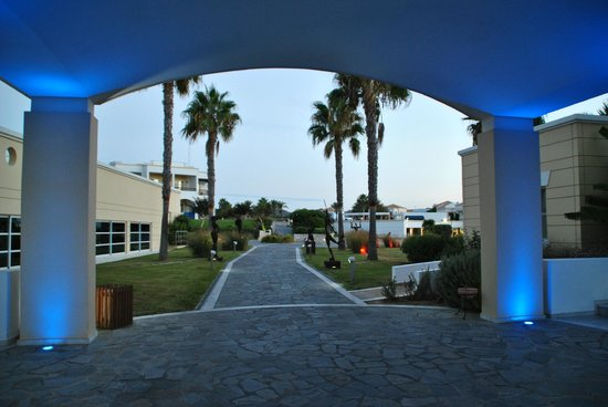 Neptune Hotels - Resort, Convention Centre & Spa: Promenade dans les jardins de l'hotel