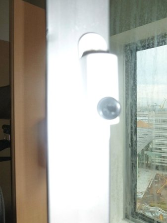 Ibis Casablanca City Center : Button that secures the window