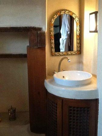 Riad Laaroussa Hotel and Spa : Cream Suite Bath