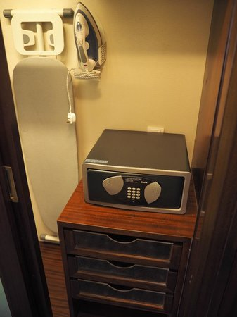 Holiday Inn Singapore Orchard City Centre : Closet with safe, iron and board
