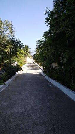 Country Club Jade Beach Resort: Walk from resort to beach