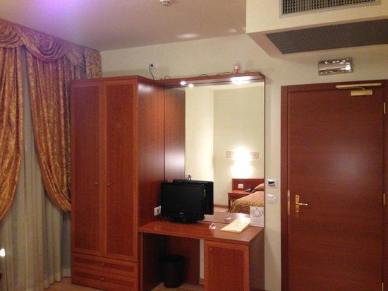 Hotel Nuova Barcaccia: L'arredo della camera