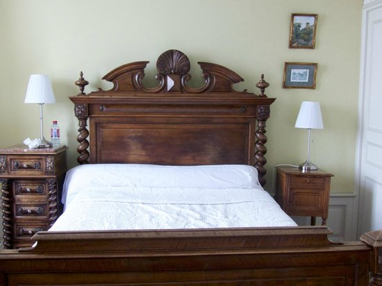 Hotel Diderot : Queen bed in room 5