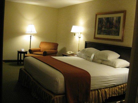 Drury Inn & Suites St. Louis Fenton: Bedroom (a)