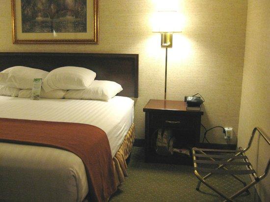 Drury Inn & Suites St. Louis Fenton: Bedroom (b)