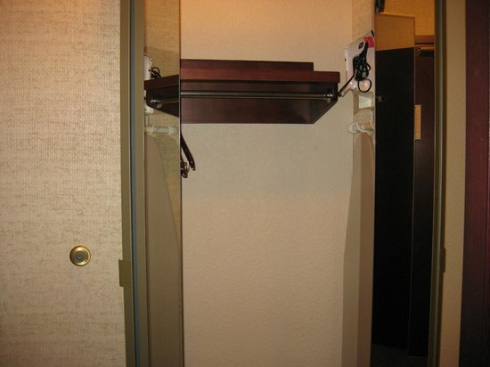 Drury Inn & Suites St. Louis Fenton: Closet with Mirrored Doors
