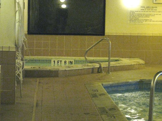 Drury Inn & Suites St. Louis Fenton: Hot Tub & Pool Area