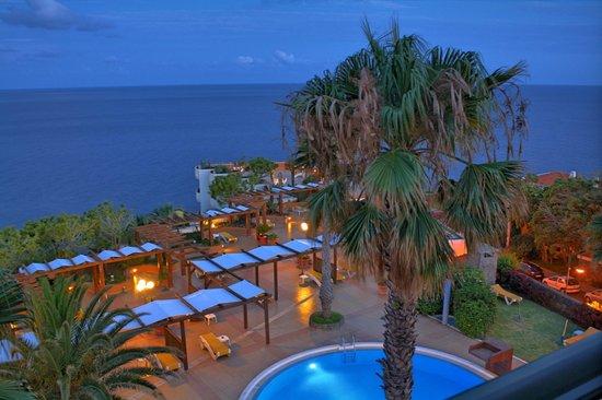 Hotel Galosol: Abendlicher Blick vom Balkon auf den Pool und das Meer