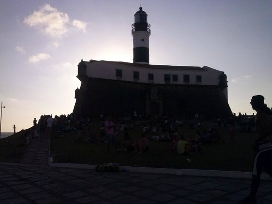 Praia do Porto da Barra: Farol visto da rua