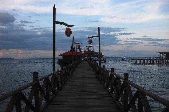 Mabul Beach Resort: Bridge to diving station