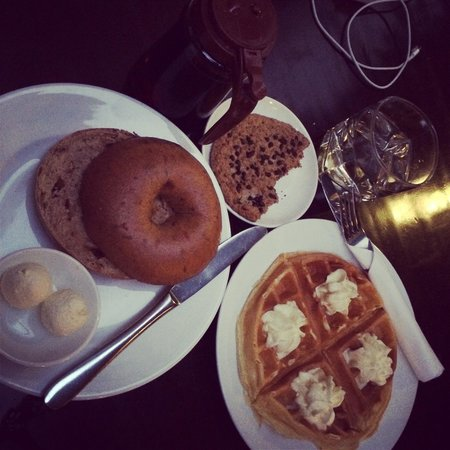 Joma Bakery Cafe : Cream cheese bagel and Waffle