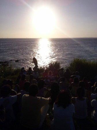 Praia do Porto da Barra: Pessoas aplaudindo o por do sol