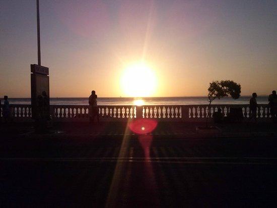 Praia do Porto da Barra: Por do Sol visto da rua