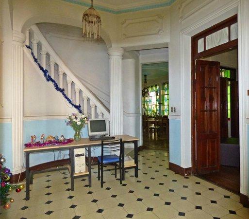 Chalet de Bassi: Vista del comedor desde el hall de entrada