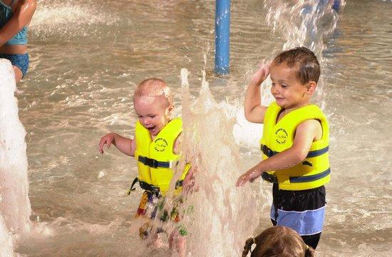 Tundra Lodge Resort Waterpark & Conference Center: Fun in the Tundra Lodge Waterpark