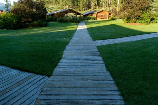 Three Bars Guest Ranch: The wooden path from the cabins to the lodge