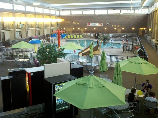 Best Western Plus Bloomington Hotel: View of pool area from balcony