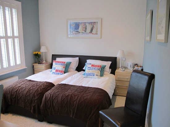 Bed & Breakfast by the Beach: Room 3 Twin Bedded with Shower En-Suite