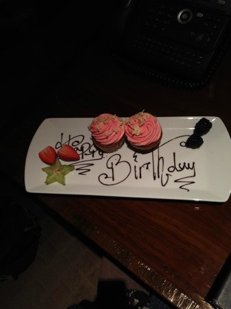 Radisson Blu Edwardian Hampshire Hotel: Cupcakes on arrival for a birthday treat!