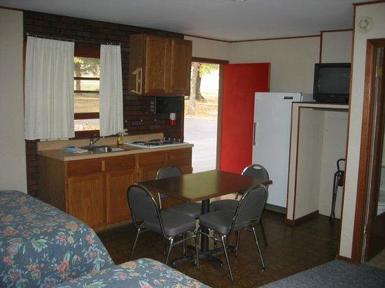 Golden Arrow Resort: Inside of 'B' guestroom with kitchenette