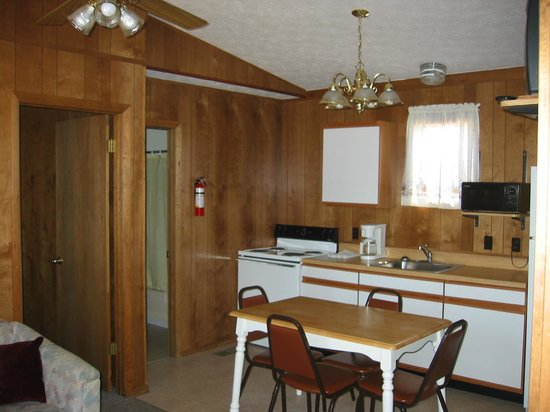 Golden Arrow Resort : 'D' 2-BR cabin kitchen. This kitchen includes conventional oven.