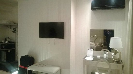Hotel Caravita: dressing area and tv