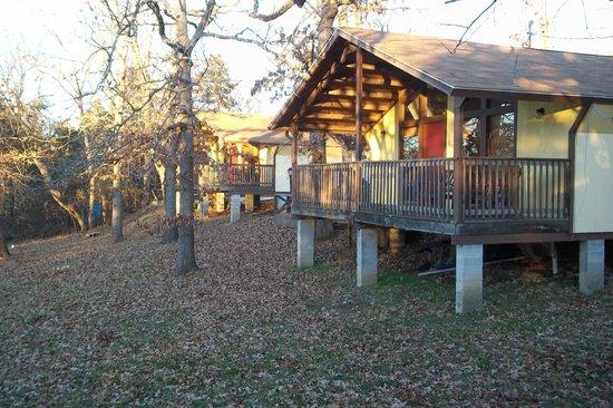 Golden Arrow Resort: 'E' chalets have ample decks for family gatherings.
