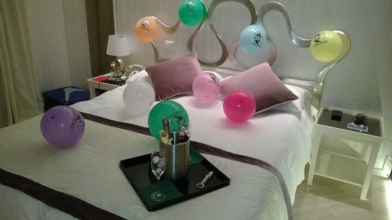 Hotel Caravita: Bed decorated for my husbands 50th!