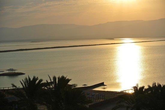 Leonardo Plaza Hotel Dead Sea : утром по пути на пляж