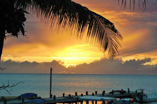 Splash Inn Dive Resort: Sunset from the restaurant