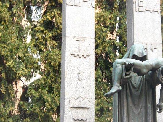 Monumento Ossario Piccoli Martiri: l'aereo che sgancia la bomba