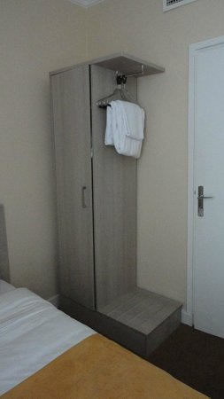 Hotel Eiffel Turenne: шкаф и рядом полка для чемодана