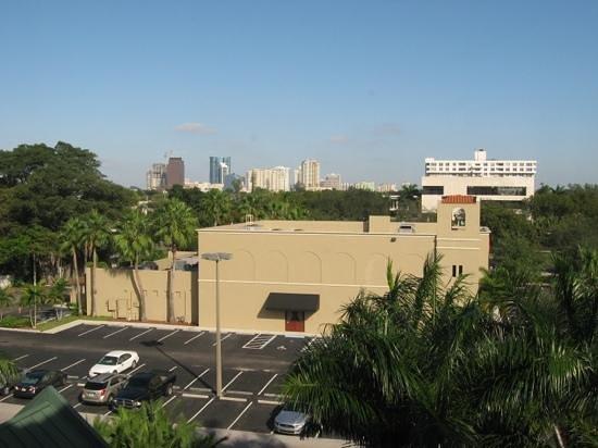 Hyatt Place Ft. Lauderdale 17th Street Convention Center: Mezzaluna's Restaurant Across The Street